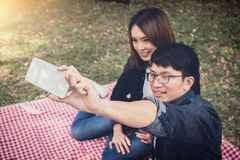 Camping heureux de couples sur la nature, prenant un selfie tiré du smil Photos stock