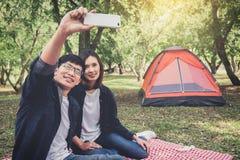 Camping heureux de couples sur la nature, prenant un selfie tiré du smil Images stock
