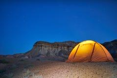 Camping isolé de soirée en canyons Images stock