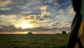 Camping rural avec le coucher du soleil photo stock