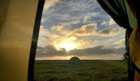 Camping rural avec le coucher du soleil photo libre de droits