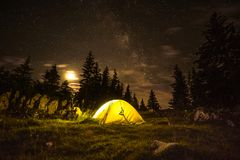 Camping sous le milkyway image stock