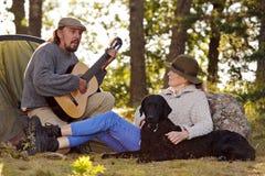Camping supérieur de couples et musique de apprécier Photo libre de droits