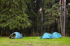 camping Toeristententen in het bos royalty-vrije stock afbeeldingen