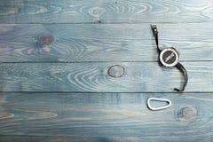Campingausrüstung auf der rustikalen hölzernen Tabelle, Satz wandernd Lizenzfreies Stockbild