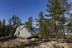 Campingowego namiotu pozycja na pięknej jeziornej linii brzegowej Karelia, Rosja fotografia royalty free