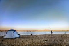 Campingowego połowu natury jeziorny plenerowy namiot fotografia royalty free