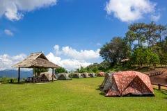 Campingowi namioty na wierzchołku góra Fotografia Stock