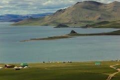 Campingowi namioty przy jeziorem w mongolian obszarze trawiastym obraz stock