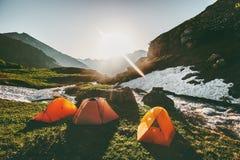 Campingowi namioty w góra ranku słońca krajobrazie Obrazy Stock