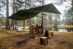 Campingowi namioty w rzece i pożarze lasu Zdjęcie Stock