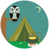 Campingowy drewniany z namiotem i sową. ilustracja wektor