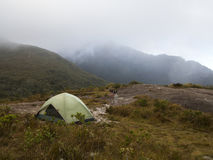 Campingowy namiot na deszczowym dniu i chmurnym Zdjęcie Stock