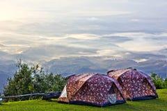 Campingowy namiot przy doliną w ranku z mgłą. Zdjęcia Stock