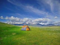 Campingowy namiot w dzikim campingu, Altai góry, Zachodni Mongolia Obrazy Stock