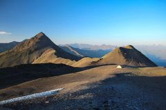 Campingowy namiot w górach w Gruzja wysoko fotografia stock