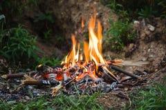 Campingowy wieczór ognisko zdjęcia royalty free