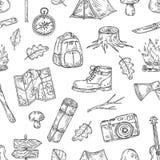 Campingowy wz?r Wycieczkujący, rodzina obóz w naturalnym drewnie Skautowskiego plenerowego przygody nakreślenia konturu wektorowa ilustracji