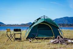 Campingowy zielony namiotowy pobliski jezioro Fotografia Royalty Free