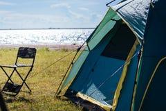 Campingowy zielony namiotowy pobliski jezioro Fotografia Stock