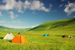 Campingplats i bergen arkivbild