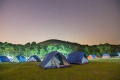 Campingplats på natten royaltyfria bilder