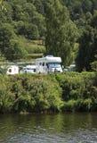 Campingplats vid floden royaltyfria bilder