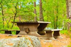 Campingplatsen med picknicktabellen i norrman parkerar arkivfoto