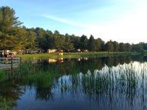 Campingplatser dig på sjön Fotografering för Bildbyråer
