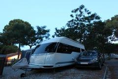 Campingplatz an der Dämmerung Lizenzfreie Stockfotos