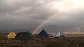 Campingplatz in der Tundra unter dem Regenbogen stock video footage