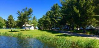 Campingplatz durch einen Fluss Lizenzfreies Stockfoto