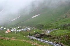 Campingplatz neben Nebenfluss und Hügeln lizenzfreie stockfotografie
