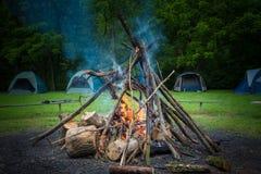 Campingplatz- und Lagerfeuer Lizenzfreie Stockfotografie