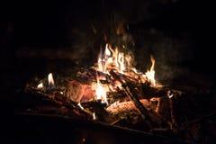 Campingplatz- und Lagerfeuer Stockbild