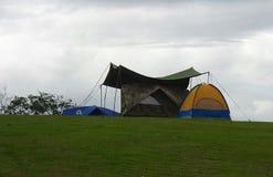 Campingzelt auf grünem Hügel Lizenzfreies Stockfoto