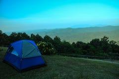 Campingzelt durch den Berg lizenzfreies stockfoto