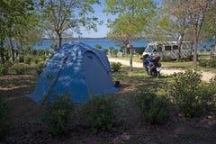 Campingzelt und Motorrad lizenzfreies stockfoto