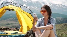 Campingzelte der jungen Frauen stützen an den Morgen unter stock video