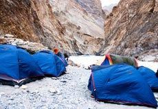 Campingzelte gegr?ndet auf Flussbank Chadar-Wanderung Leh Ladakh Indien lizenzfreie stockbilder