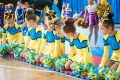 Campionato della città di Kamenskoye nel cheerleading fra gli assoli, i duetti ed i gruppi Immagini Stock Libere da Diritti