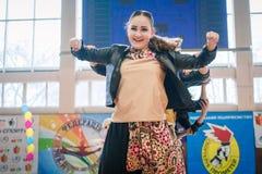 Campionato della città di Kamenskoye nel cheerleading fra gli assoli, i duetti ed i gruppi Immagine Stock