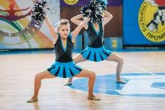 Campionato della città di Kamenskoye nel cheerleading fra gli assoli, i duetti ed i gruppi Immagine Stock Libera da Diritti