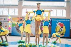Campionato della città di Kamenskoye nel cheerleading fra gli assoli, i duetti ed i gruppi Fotografia Stock