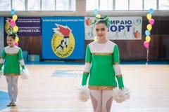 Campionato della città di Kamenskoye nel cheerleading fra gli assoli, i duetti ed i gruppi Fotografie Stock Libere da Diritti