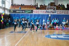 Campionato della città di Kamenskoye nel cheerleading fra gli assoli, i duetti ed i gruppi Fotografie Stock