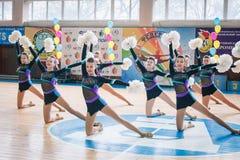 Campionato della città di Kamenskoye nel cheerleading fra gli assoli, i duetti ed i gruppi Fotografia Stock Libera da Diritti