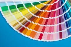 Campionatore di colore decomposto in fan, isolato sul blu immagine stock libera da diritti
