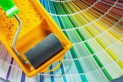 Campionatore di colore del vassoio del rullo di pittura su fondo bianco fotografia stock libera da diritti