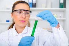 Campione di prova della donna del chimico di liquido dentro Fotografia Stock